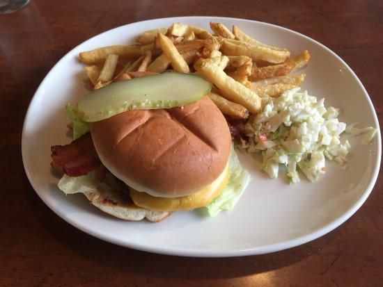 Prince George, Kanada: Legendary Burger with fries