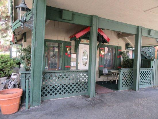 Evergreen Inn: Lobby. More breakfast seating outside here.