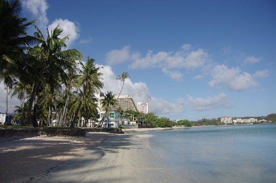 Fiesta Resort Guam: ホテル前のビーチ