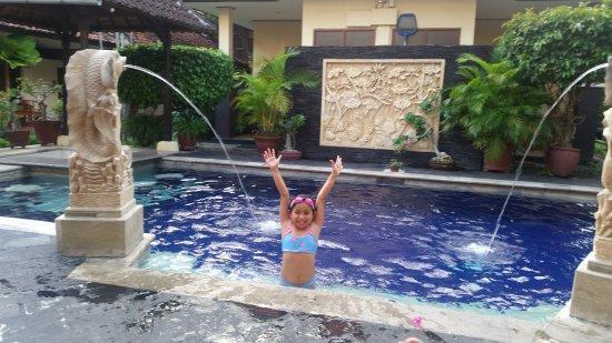 Yulia Beach Inn: Nice little pool, but needed a good clean.