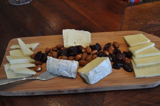 Healdsburg, CA: Cheese platter - they also serve GF crackers