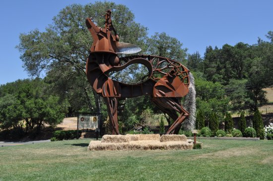 Healdsburg, CA: The howling dog sculpture on front lawn