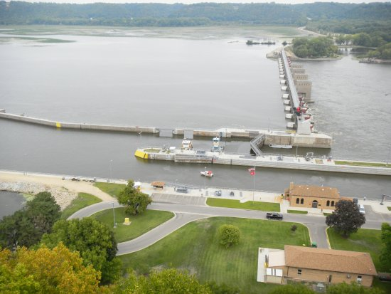 ‪‪Dubuque‬, ‪Iowa‬: Looking down from the bluff at the lock and dam on the Mississippi River.‬