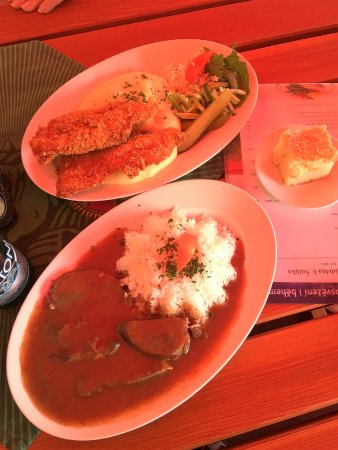 Dacice, República Checa: Chicken cutlets with nashed potatoes/beef heart in a pepper sauce with rice. Soup & desert incl.