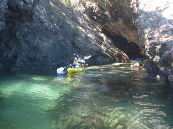Bay of Islands, Nueva Zelanda: kayaking from the yacht among the sea caves.