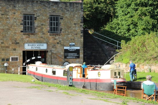 Trent and Mersey Canal: Big boat going in!
