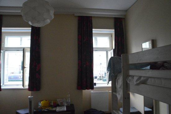 "wombats CITY HOSTEL Vienna ""THE NASCHMARKT"": 4-bed mixed dorm facing Naschmarket"