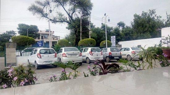 Baddi, Индия: Hotel Parking