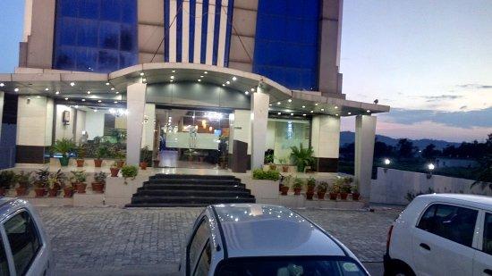 Baddi, India: Hotel Parking