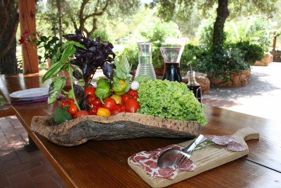 Figari, Francia: Originale présentation des légumes du jardin