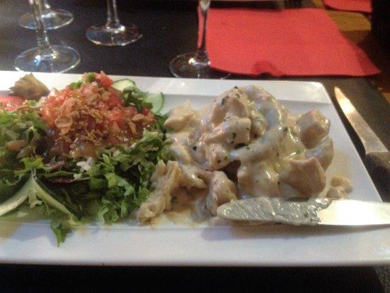 Axat, Francia: Huge chicken vol -eu- vant starter