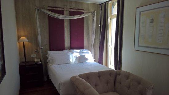 NH Collection Palacio de Burgos: Habitacion 221 estrecha. Solo una mesita de noche. No apta para parejas.