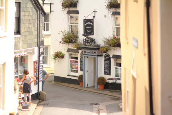 Cawsand, UK: View of the Halfway House Inn from Halway up Fore St.