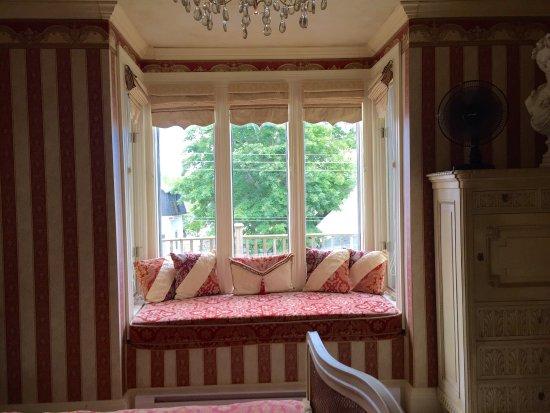 Lovely Empire Suite at The Maple Inn