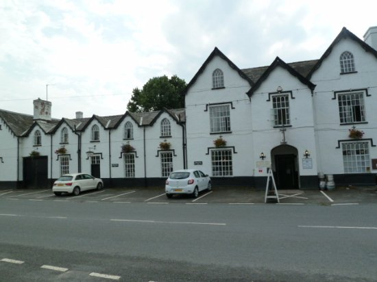 Penybont, UK: Severn Arms from main road