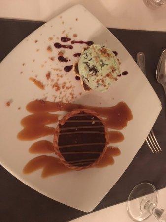 Leenane Hotel: Salted caramel and hazelnut tart