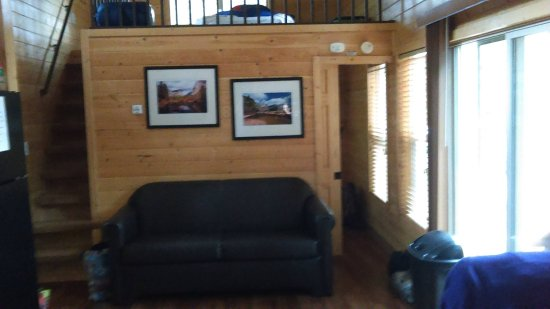 Columbia, Californie : The inside of the cabin with the loft above and queen bed room bellow.