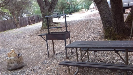 Columbia, Kalifornien: The picnic table, fire ring and BBQ area.