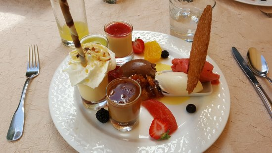 Eymet, Francia: Dessert from the €33 menu