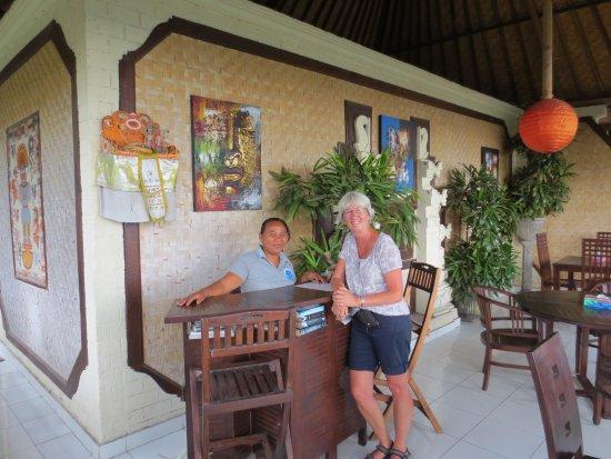 Bo's Bungalows and Restaurant : De balie, en ruimte voor het ontbijt (diner)