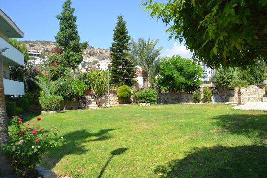 Yermasoyia, Chipre: Лужайка при отеле