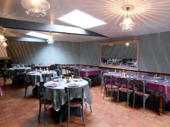Genneteil, France: La salle de restaurant: deux grandes tables  pour les ouvriers  avec service entrées libre.