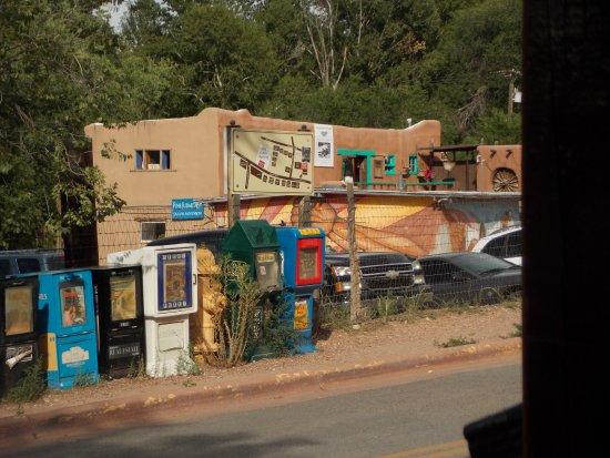 The Low Road From Taos and Santa Fe: calle de galerías de arte