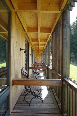 Hamilton Lodge Zweisimmen: Durchgehende Veranda vor Zimmern