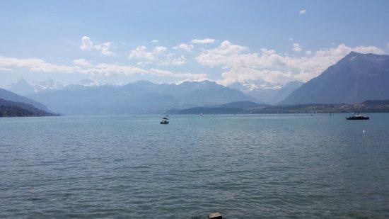 Thun, سويسرا: Blick auf den See und die Berge (Schadaupark, Thun)