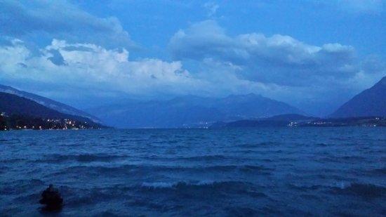 Thun, سويسرا: Blick auf den See und die Berge, Sommerabend (Schadaupark, Thun)
