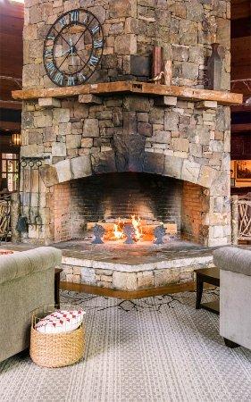 Brasstown Valley Resort & Spa : Lobby Fireplace