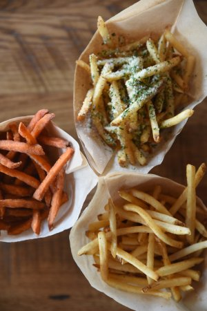 Leawood, แคนซัส: Sweet potato, truffle and regular fries