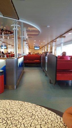 Nes, هولندا: Sitzgruppen auf der Fähre