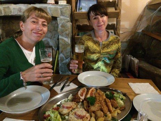 Dudince, Eslováquia: Мясное ассорти в ресторанчике