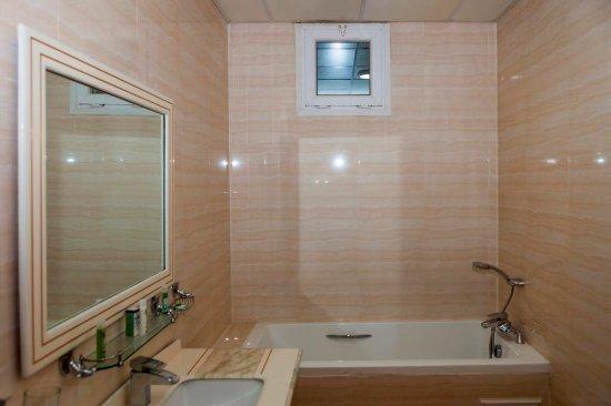 salle de bain picture of hotel hammam melouane blida tripadvisor. Black Bedroom Furniture Sets. Home Design Ideas