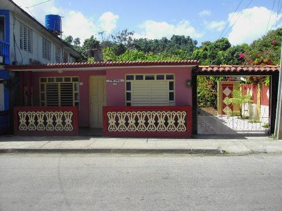 Alejandro and Susana House: Frente de la casa