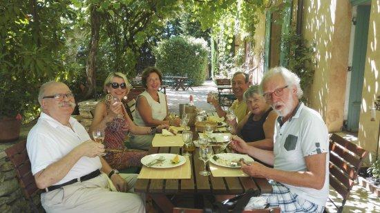 Lagnes, France: Déjeuner ombragé au Mas des Gres !