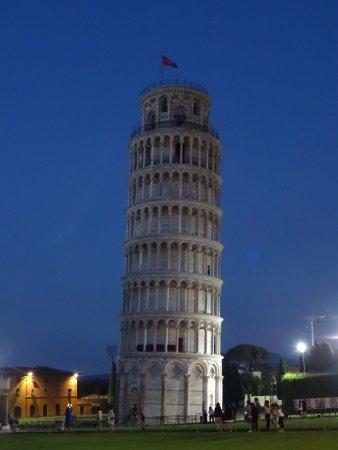 Tour de pise de nuit photo de la tour de pise campanile pise tripadvisor - Inclinaison de la tour de pise ...