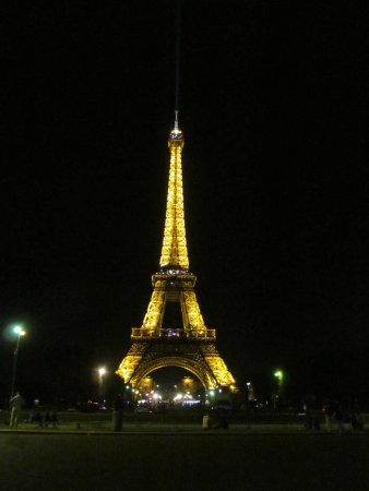 Lignan-De-Bordeaux, Prancis: The Eiffel Tower in Paris, France illuminated at night.