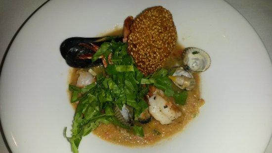 Brasserie FLO Amsterdam: gambas grillées et coques marinées sur un gazpacho estival avec mousse d'avocat et coriandre