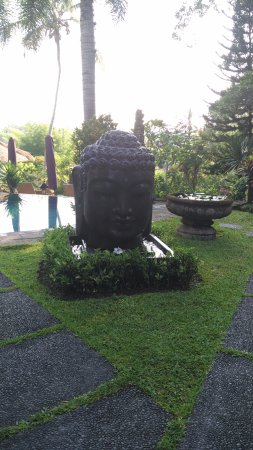 Bunga Permai Hotel: The pool and garden area