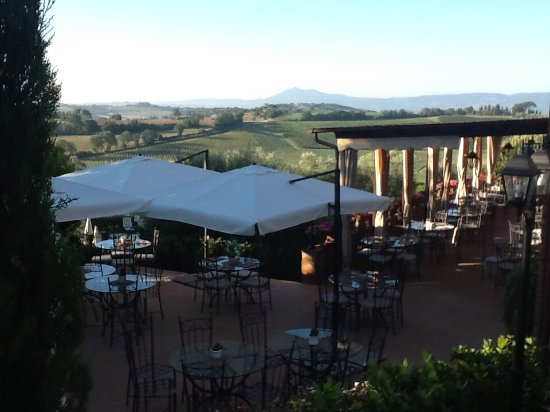 Valiano, İtalya: Restaurant terrace.