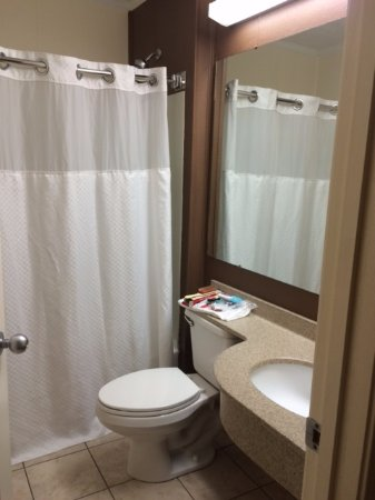 Microtel Inn & Suites by Wyndham Wilson: Clean Bath - Plenty of towels