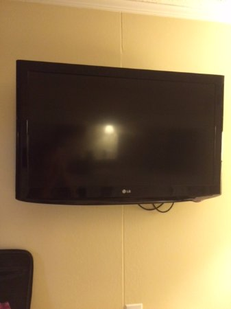 Microtel Inn & Suites by Wyndham Wilson: HDTV--32""