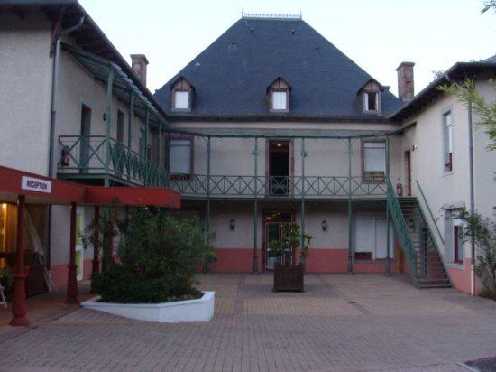 Camares, Frankrike: Vue de la mezzanine Hall d'acceuil ( à g.) et cour intérieure.