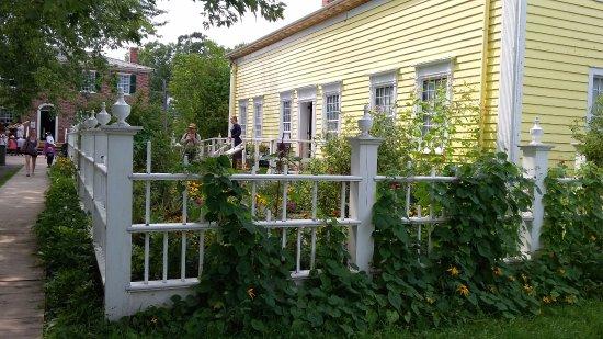 Morrisburg, Canadá: Lindos jardins e casas...