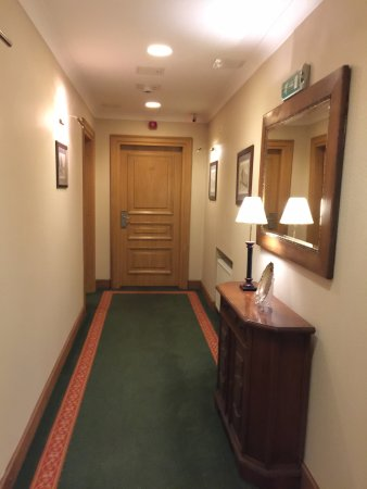 Hotel Grodek: Corridor leading to room 106