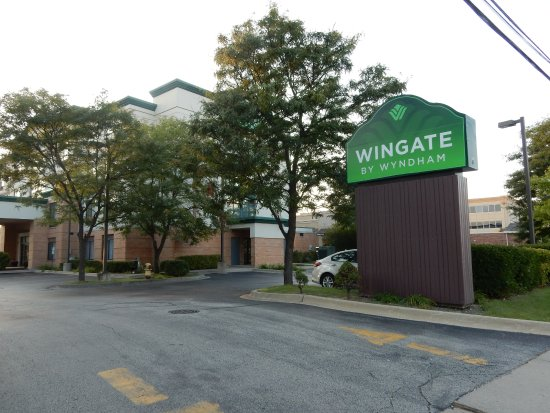 Wingate by Wyndham Arlington Heights: Sign and entrance driveway