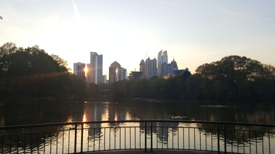 Piedmont Park: City skyline over the water