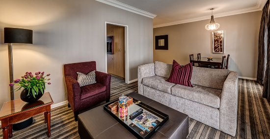 Southern Sun Katherine Street Sandton: suite lounge
